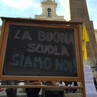 """Docenti in piazza Montecitorio con la lavagna: """"La buona scuola siamo noi"""""""